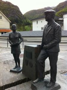 I byns centrum står minnesstatyn över de som arbetade förr i Dales världsberömda industri.