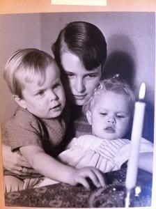 Eva med barnen Johannes och Lena, fotograferade av Lars.