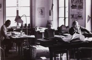 Arne i sitt arbetsrum på Steinerseminariet med Åke Kumlander, finansiären av verksamheterna.