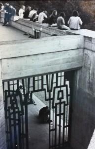 Långhåriga, jeansklädda ungdomar ledigt uppspetade ovanför Goetheanums pampiga entré var något helt nytt och lite chockerande för ledningen.