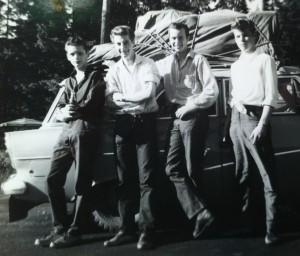 Första turnébilen, en gammal Ford Taunus med instrumenten på taket. Till vänster vår begåvade gitarrist Conny Söderlund.