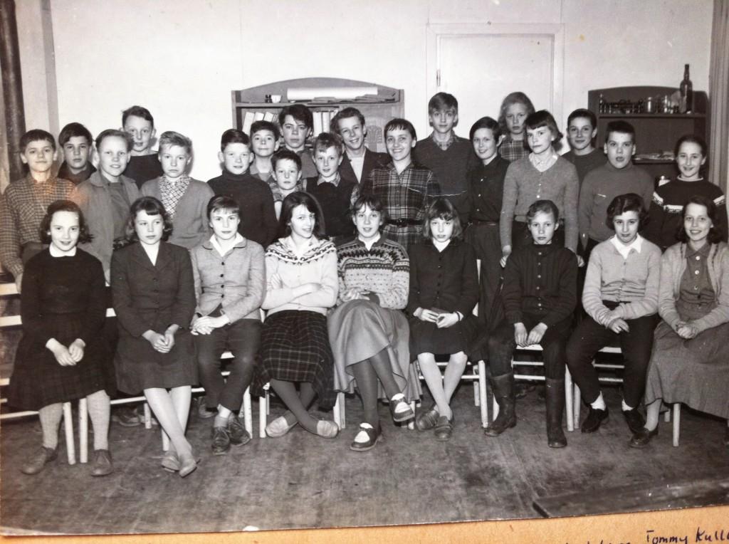 6:e klass i Kristofferskolan i rivningskåk på Malmskillnadsgatan  med Margaretha Lundmark som klasslärare. Längst t v Egil Bergström (segelskeppare), t v om Margaretha står Hans Bartos, snett t h bakom Johannes står Waltraut Neuschütz, längst t h Ingrid Hüneberg (som startade Bulleribock). Sittande fr v Eva-Lotta Virke (senare eurytmist), i mitten med ljus kjol Suzanne Osten (senare teaterregissör) och tredje från höger Christhild Ritter (senare läkepedagog).