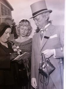 Aristokraten Bernhard Neuman på äldre dar med lila jaquette på hästkapplöpningarna på Jägersro. Med är sista frun Gulli och dottern Lill-Eva från ett tidigare äktenskap.
