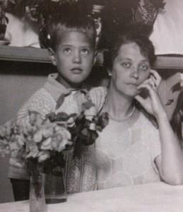 Arne som liten med sin mor.