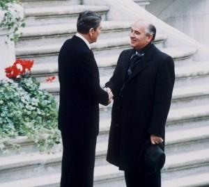 Gorbatjov skakar hand med USAs president Ronald Reagan i ett av många toppmöten som avslutade det kalla kriget.