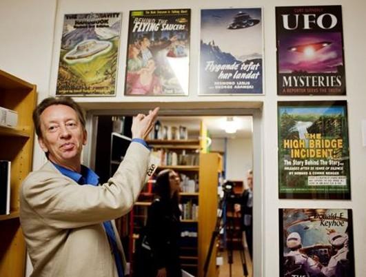 Håkan Blomqvist i vad han påstår vara världens största UFO-arkiv där han är ansvarig.